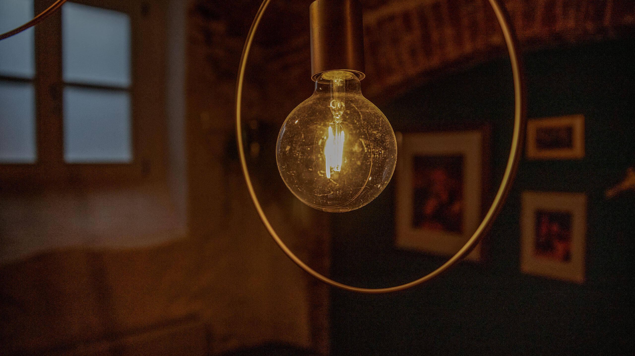 Foto: Glühbirne im Gewölbe