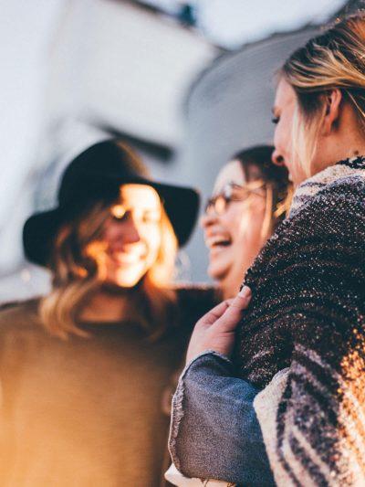 Gruppe lachender, junger Frauen